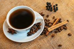 Filiżanka czarna kawa na burlap tle fotografia royalty free