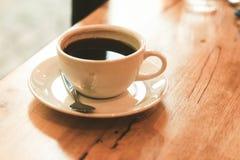 Filiżanka czarna kawa na drewno stole Zdjęcie Royalty Free