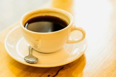 Filiżanka czarna kawa na drewno stole Fotografia Stock