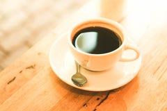 Filiżanka czarna kawa na drewno stole Fotografia Royalty Free