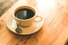 Filiżanka czarna kawa na drewno stole Zdjęcia Royalty Free