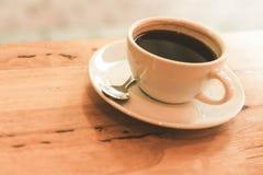 Filiżanka czarna kawa na drewno stole Obrazy Royalty Free