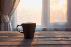 Filiżanka czarna kawa przed okno na drewnianym tle kosmos kopii Obraz Royalty Free