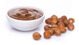 Filiżanka czekoladowy hazelnut rozprzestrzenia z hazelnuts Zdjęcia Royalty Free