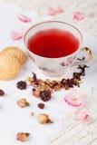 Filiżanka czerwona herbata na porcja stole Obrazy Royalty Free