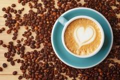 Fili?anka fragrant kawa w pianie na drewnianym stole Latte sztuka bean ?niadanie kawa idea? wyizolowa? makro nadmiar bia?ych obraz stock