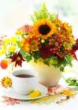 Filiżanka herbaciani i jesienni kwiaty Obrazy Royalty Free