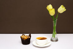 Filiżanka herbata, ciastka i tulipany, Obraz Stock