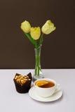 Filiżanka herbata, ciastka i tulipany, Obraz Royalty Free