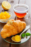 Filiżanka herbata, croissant, cytryna i mennica, Obraz Royalty Free