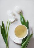 Filiżanka herbata i biel Tulipanowi kwiaty Fotografia Royalty Free