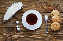 Filiżanka herbata na drewnianym stole, odgórny widok Obrazy Royalty Free