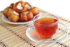Filiżanka herbata na tle talerz torty Zdjęcia Stock