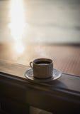 Filiżanka herbata przy zmierzchem Fotografia Royalty Free