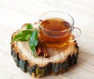 Filiżanka herbata z cynamonowymi kijami na nieociosanym drewnianym poparciu Obraz Royalty Free