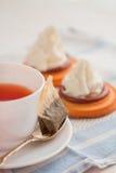 Filiżanka herbata z teaspoon i ciastkiem zasycha fotografia royalty free