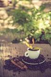 Filiżanka i kawowa fasola na drewnianym stole Zdjęcie Royalty Free