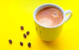 Filiżanka kawa espresso i piec kawowe fasole Zdjęcie Royalty Free