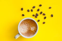 Filiżanka kawa espresso i piec kawowe fasole, odgórny widok Zdjęcia Stock