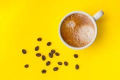 Filiżanka kawa espresso z piec kawowymi fasolami, odgórny widok Obrazy Royalty Free