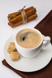 Filiżanka kawa espresso z trzcina cynamonem i cukierem Fotografia Stock