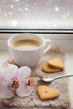Filiżanka kawy, ciastka w formie serca i orchidea na bac, Zdjęcia Stock