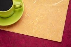 Filiżanka kawy espresso kawa na kolorowym tle fotografia stock