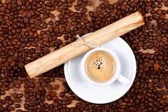 Filiżanka kawy i antyczna papierowa rolka Zdjęcia Stock