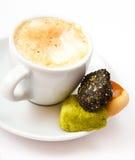 Filiżanka kawy i cukierki na spodeczku Fotografia Stock