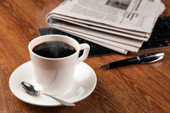 Filiżanka kawy i gazeta Fotografia Royalty Free