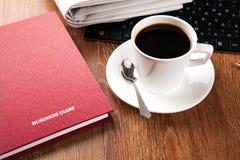 Filiżanka kawy i gazeta Zdjęcia Stock