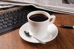 Filiżanka kawy i gazeta Obraz Royalty Free