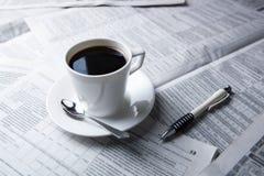 Filiżanka kawy i gazeta Zdjęcie Stock