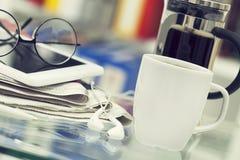 Filiżanka kawy i gazeta na stole Obraz Stock