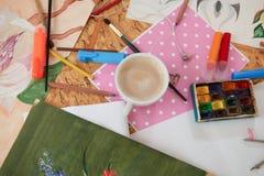 Filiżanka kawy i malarza dostawy na stole obraz stock