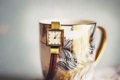 Filiżanka kawy i rocznika zegar Zdjęcie Stock