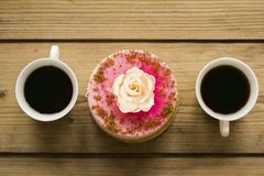Fili?anka kawy i tort na drewnianym stole obrazy stock
