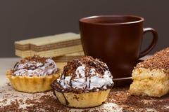 Filiżanka kawy i tort na stole Obraz Stock