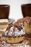 Filiżanka kawy i tort na stole Zdjęcie Royalty Free