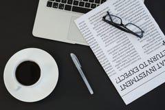Filiżanka kawy, laptop, widowiska, gazeta i pióro na czarnym tle, Zdjęcie Stock