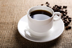 Filiżanka kawy na burlap tle Obrazy Royalty Free