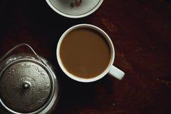 Filiżanka kawy na ciemnym drewnianym stole Obrazy Royalty Free