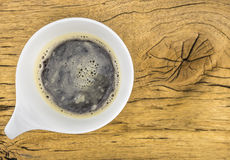 Filiżanka kawy na drewnianej teksturze Zdjęcia Royalty Free