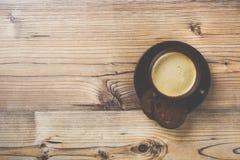 Filiżanka kawy na drewnianym rocznik deski tle Obrazy Royalty Free