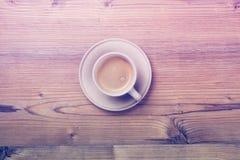 Filiżanka kawy na drewnianym rocznik deski tle Fotografia Royalty Free