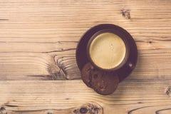 Filiżanka kawy na drewnianym rocznik deski tle Zdjęcia Stock