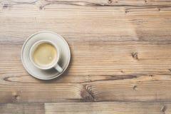 Filiżanka kawy na drewnianym rocznik deski tle Zdjęcie Royalty Free