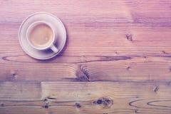 Filiżanka kawy na drewnianym rocznik deski tle Obraz Stock