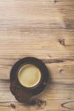 Filiżanka kawy na drewnianym rocznik deski tle Zdjęcie Stock