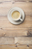 Filiżanka kawy na drewnianym rocznik deski tle Fotografia Stock